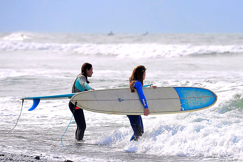 Beginner surfers surfing